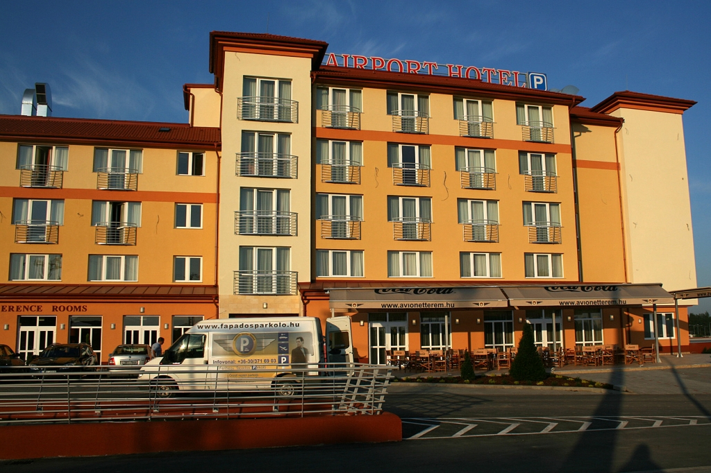 http://hotellooking.com/?lang=hu&page=hotel&id=airport_hotel_budapest_____