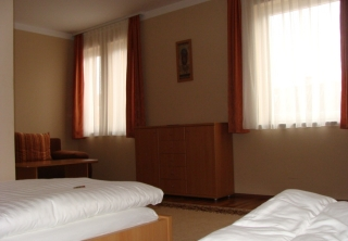http://hotellooking.com/?lang=hu&page=hotel&id=gibraltar_vendeghaz