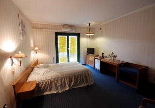 http://hotellooking.com/?lang=bg&page=hotel&id=hotel_amadeus