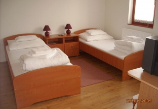 http://hotellooking.com/?lang=bg&page=hotel&id=malom_hotel___
