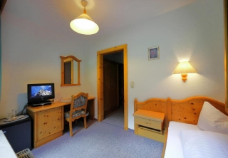 http://hotellooking.com/?lang=ru&page=hotel&id=sportpension____intermontana